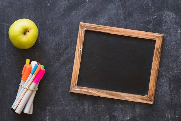 フレーム市場とリンゴのある黒板