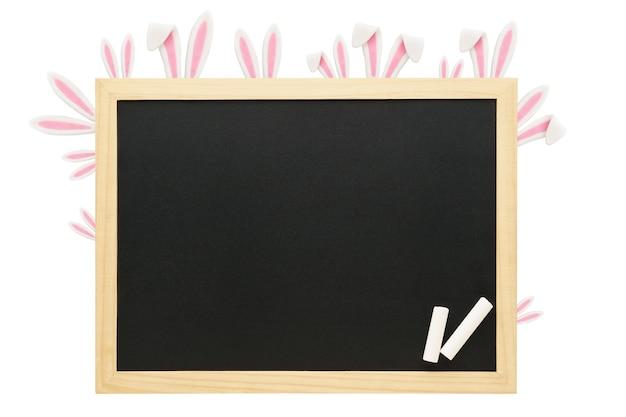 バニーの耳とチョークで飾られた木製フレームの黒板