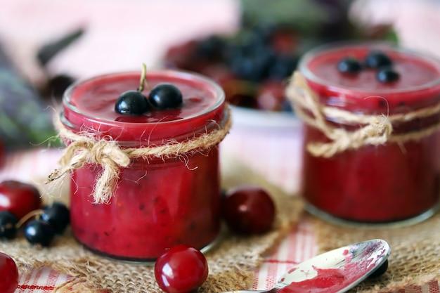 Варенье из черной смородины и вишни.