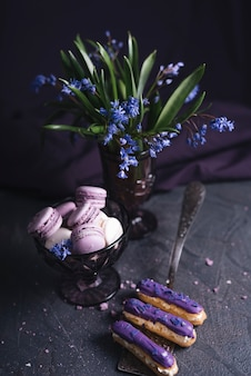 ブラックカラントチーズケーキ、花瓶の近く
