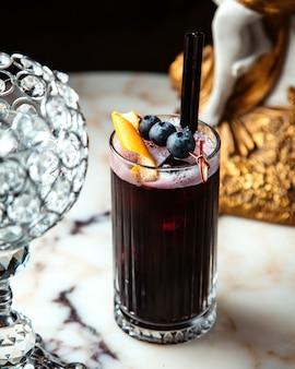 Сок черной смородины в стакане