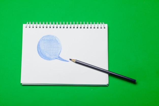 テーブルblackgroundの空白のメモ帳と鉛筆の色