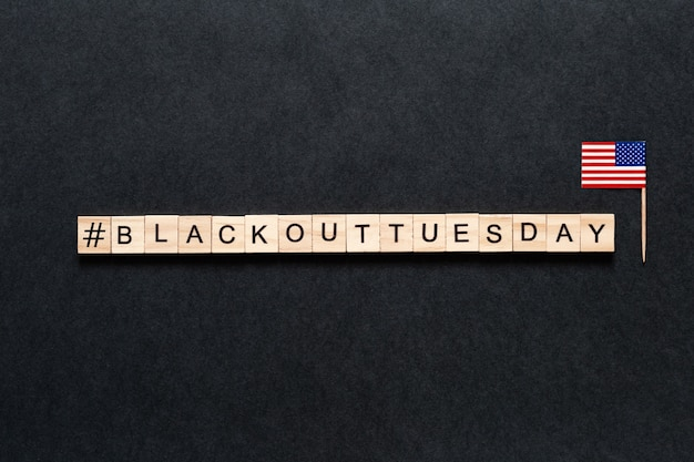 Blackout вторник надпись на черном фоне. американский флаг.
