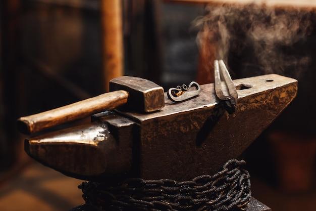 Кузнечная наковальня с молотком