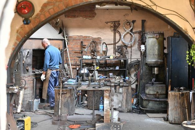 仕事で鍛冶屋。真っ赤な炉で働く。