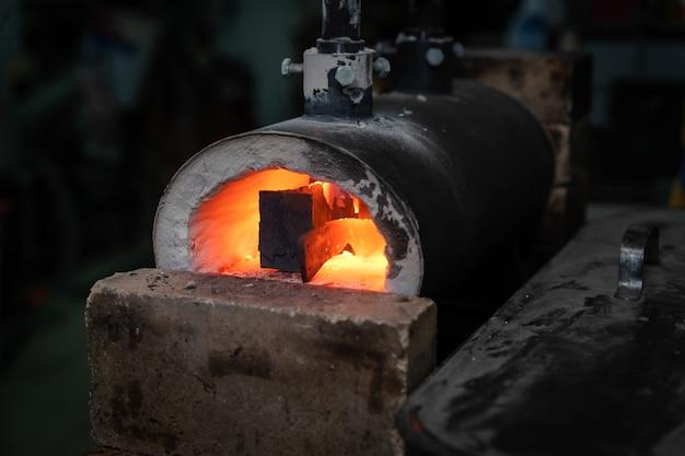 Кузнечная кузница с зажженным внутри огнем