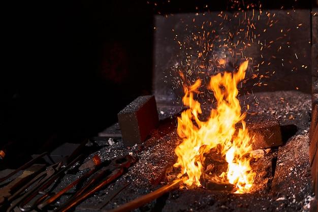 近くにある火と鍛造道具を燃やす鍛冶屋の炉の内部空間
