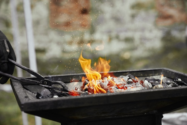 燃える石炭の鍛冶屋加熱金属片