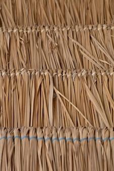 Bladyの草は自然の屋根の抽象的な背景を作成