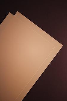 暗い背景に紙のベージュを空白にするオフィス文房具フラットレイ高級ブランディングフラットレイとモックアップのブランドアイデンティティデザイン
