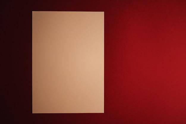 Пустая бумага бежевого цвета на темно-красном фоне как офисные канцелярские принадлежности, роскошный брендинг, плоская планировка и ...