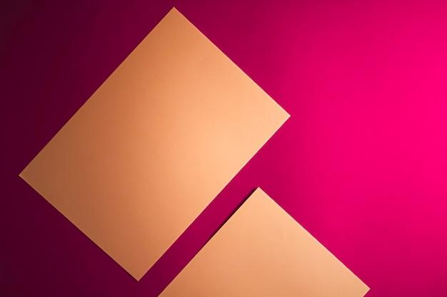 オフィスステーショナリーフラットレイラグジュアリーブランディングフラットレイとブラとしてピンクの背景に茶色の紙を空白にします...