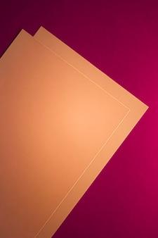 Пустая бумага коричневого цвета на розовом фоне в виде офисных канцелярских принадлежностей, роскошных брендов, плоской планировки и бюстгальтера ... Premium Фотографии
