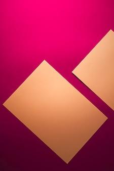 事務用品フラットレイ高級ブランディングフラットレイとモックアップのブランドアイデンティティデザインとしてピンクの背景に茶色の紙を空白にします