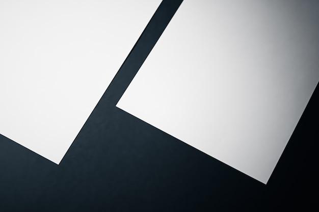 Пустой лист бумаги белый на черном фоне, как офисные канцелярские принадлежности, роскошный брендинг, плоская планировка и бр ...