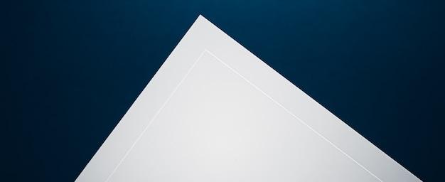 Пустой лист бумаги белый на синем фоне как офисные канцелярские принадлежности, роскошный брендинг, плоский дизайн и бюстгальтер ...