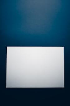 事務用品フラットレイ高級ブランディングフラットレイとモックアップのブランドアイデンティティデザインとして青い背景に白の紙を空白にします