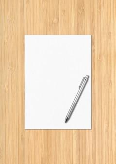 Чистый лист бумаги a4 и ручка, изолированные на деревянных