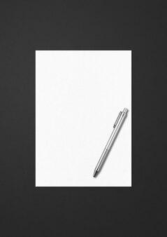 검은 배경에 고립 된 빈 a4 용지 및 펜 템플릿