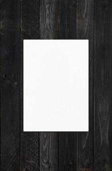 Чистый лист бумаги а4, изолированные на черной деревянной поверхности