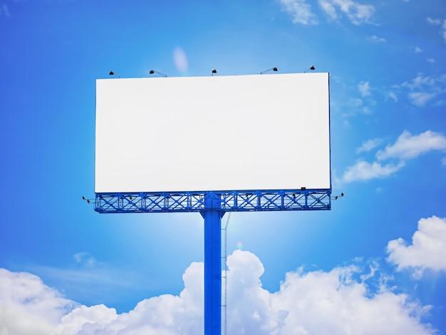 흰색 영역에 광고 그림, 그래픽 또는 이미지를 추가하거나 적용하기위한 푸른 하늘 배경의 빈 광고 빌보드