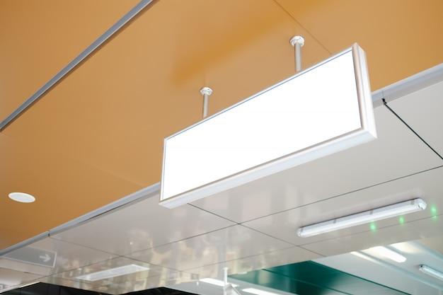 空港での空白の広告看板
