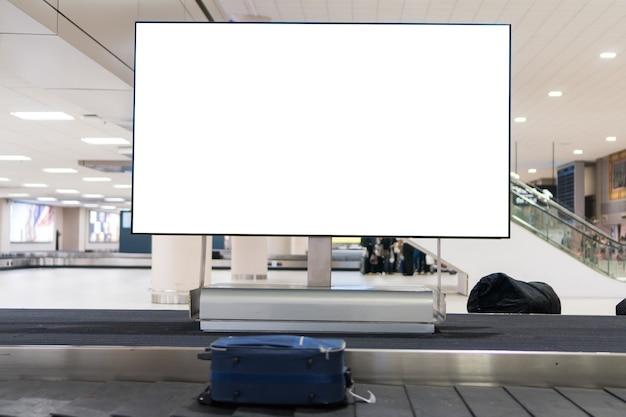 Airportat 공항의 컨베이어 벨트 수하물에 빈 광고 게시판. 관광 운송 사업 등에 대한 cutomer 텍스트 정보 광고를 위한 공간 복사