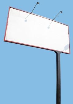 Пустой рекламный щит, изолированные на синей поверхности