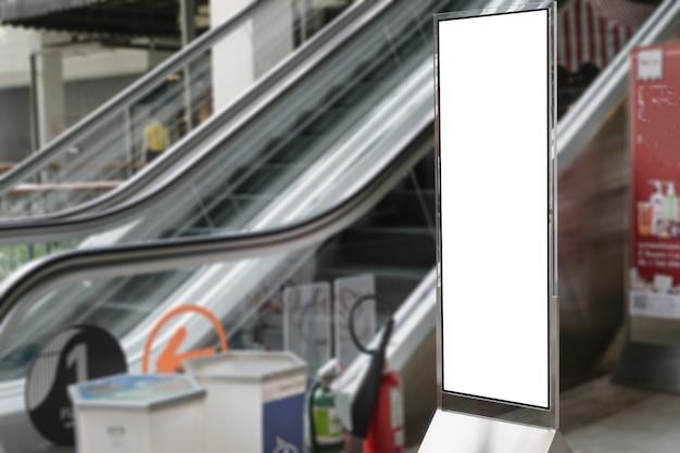 현대적인 쇼핑몰의 빈 광고 빌보드입니다.
