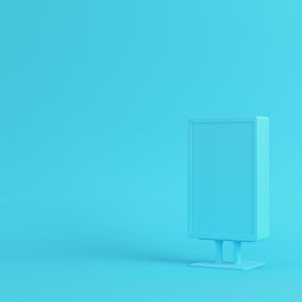 明るい青色の背景に空白の広告看板