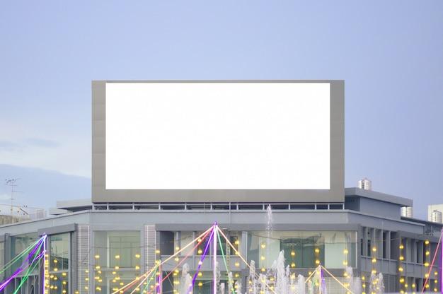 Пустой рекламный щит на дороге