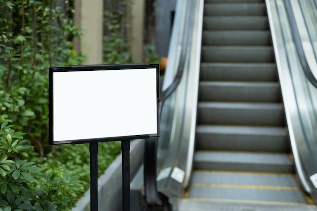 Пустой рекламный щит на открытом воздухе