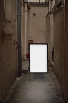 Пустой рекламный макет на улице. рекламный щит на фоне грязной городской аллеи