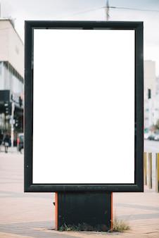 Пустая рекламная панель на улице