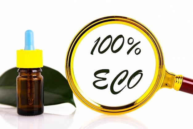 緑の葉の背景にピペットで空白の琥珀色のガラスのエッセンシャルオイルボトル。 100パーセントのeco。コピースペース
