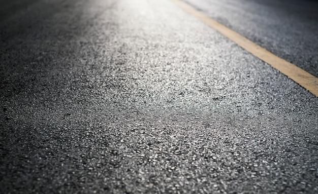 Пустая асфальтовая дорога со светом