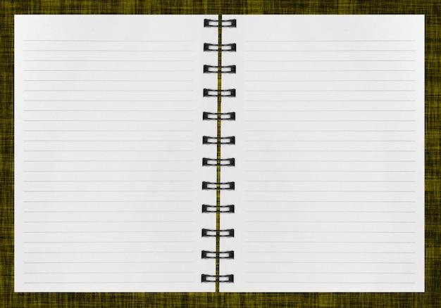 Пустой фон. бумажный спиральный блокнот на белом