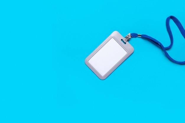 Пустой значок с завязкой на голубой поверхности