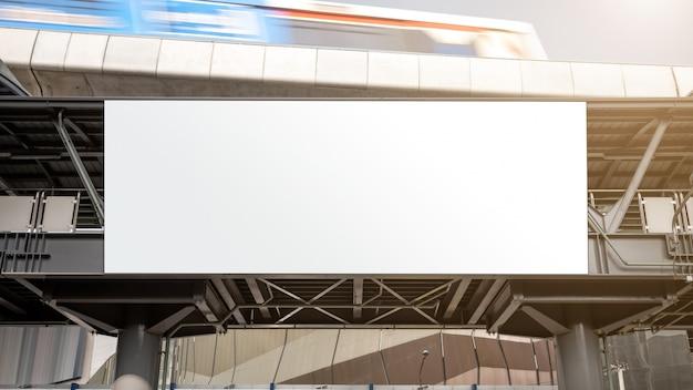 Пустой рекламный щит на железнодорожной станции