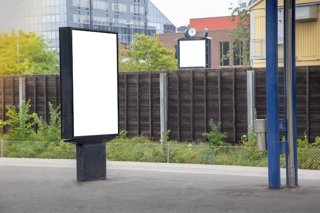 Пустой рекламный щит макет по городу для текстового сообщения или контента.
