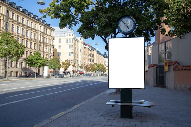 Пустой рекламный щит макет на городской дороге для текстового сообщения или контента.