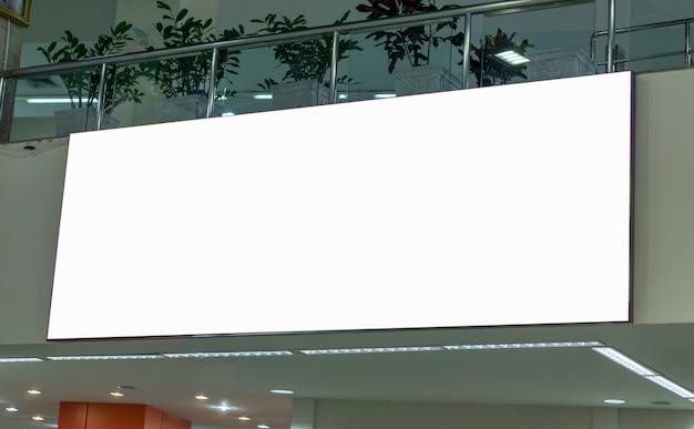 Пустые рекламные щиты в аэропорту