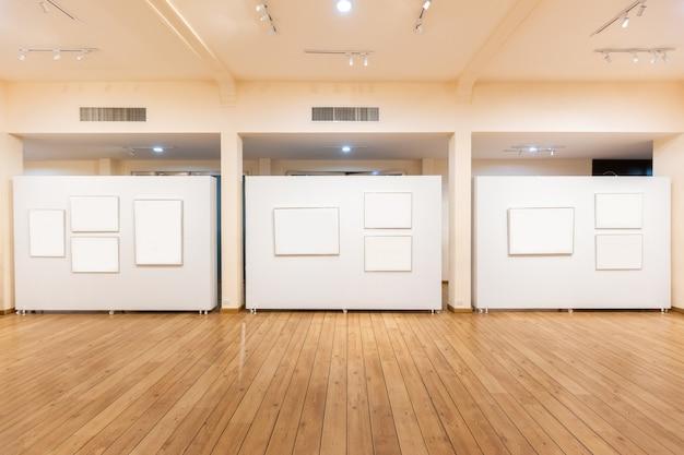 Пустой шаблон рекламного щита внутри выставочного центра