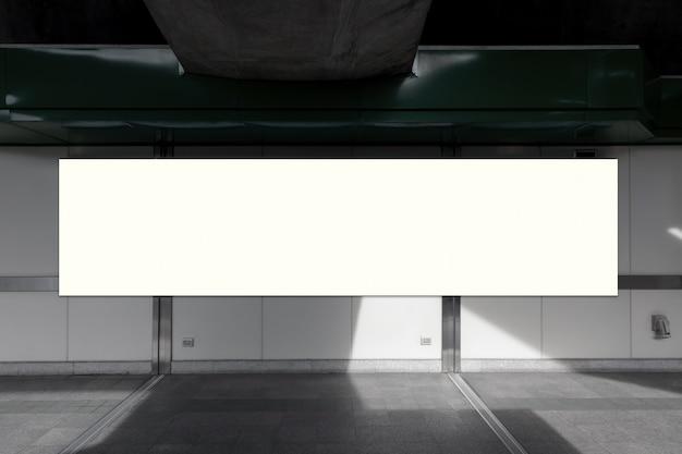 Пустой рекламный щит с копией для текстового сообщения или контента