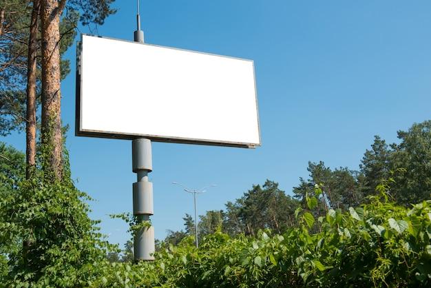 白で隔離される広告のための空きスペースと空白の看板