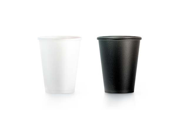 分離された空白の黒と白の使い捨て紙コップ