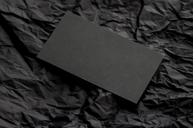 어두운 플랫레이 배경 럭셔리 브랜딩 및 기업 id에 대한 모형을 위한 빈 검은색 명함...