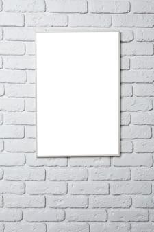 Пустая черная рамка на стене