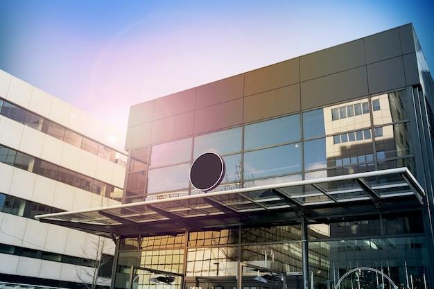 Пустые черные круглые вывески, современное бизнес-здание