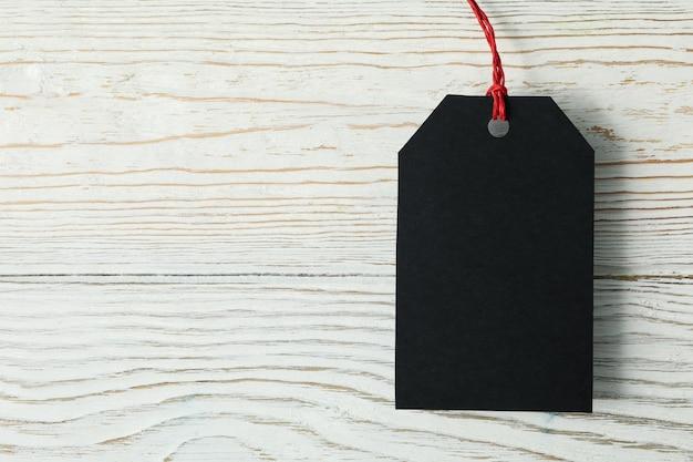 Пустой черный тег на белом деревянном